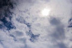 bakgrund clouds den naturliga over skyen för molniga räkningsberg Molnig räkning över berg Arkivbilder
