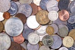 bakgrund coins pengar Closeup av många myntpengar från olika länder av världen Makro Finans huvudstad som packar ihop och royaltyfri fotografi