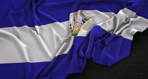 Bakgrund 3D för El Salvador Flag Wrinkled On Dark framför Royaltyfri Foto