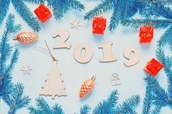Bakgrund 2019 - 2019 diagram, julleksaker, gröna granträdfilialer för nytt år Lägga framlänges, den bästa sikten av det nya året  royaltyfria bilder