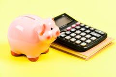 _ bakgrund diagrams finansiell white f?r oerpennrapport pengarbesparing Redovisning och lönelista moneybox med räknemaskinen Pigg royaltyfri bild