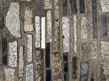 Bakgrund eller tapet av gångbanan som göras av betong som dekoreras med svart, vit, och grå färggranit- eller marmortegelplattor Arkivfoton