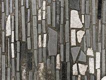 Bakgrund eller tapet av gångbanan som göras av betong som dekoreras med svart, vit, och grå färggranit- eller marmortegelplattor Royaltyfria Foton
