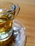 Bakgrund/exponeringsglas för textur A av varmt kinesiskt te på trätabellen Arkivfoton