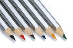 bakgrund färgade isolerade blyertspennor för djup fältet blir grund white Royaltyfri Bild