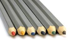 bakgrund färgade isolerade blyertspennor för djup fältet blir grund white Royaltyfria Bilder