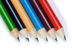 bakgrund färgade isolerade blyertspennor för djup fältet blir grund white Fotografering för Bildbyråer