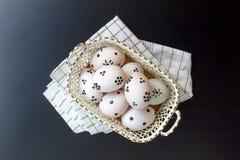 bakgrund färgade vektorn för tulpan för formatet för easter ägg eps8 den röda Lyckliga easter ägg som smärtas på korgwi Arkivfoton