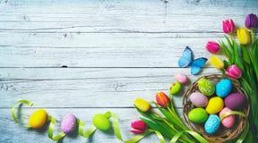 bakgrund färgade vektorn för tulpan för formatet för easter ägg eps8 den röda Färgrika vårtulpan med fjärilar och p royaltyfri bild