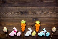bakgrund färgade vektorn för tulpan för formatet för easter ägg eps8 den röda Kakor i form av den easter kaninen och easter ägg M Arkivbild