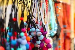 Bakgrund Färgrik kvinnlig prydnad från trådar i form av bollar royaltyfri fotografi