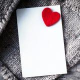 Bakgrund för abstrakt begrepp för dag för valentin` s med det vita tomma pappers- kortet Royaltyfria Bilder