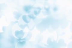 Bakgrund för abstrakt begrepp för dag för valentin` s av mjuka blått, vita bokehsuddighetshjärtor Arkivfoto