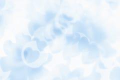 Bakgrund för abstrakt begrepp för dag för valentin` s av mjuka blått, vita bokehsuddighetshjärtor Arkivbilder