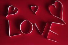 Bakgrund för abstrakt begrepp för dag för valentin` s med snittpappershjärta Royaltyfria Bilder