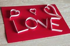 Bakgrund för abstrakt begrepp för dag för valentin` s med snittpappershjärta Royaltyfri Bild