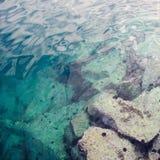 Bakgrund för abstrakt begrepp för havsvatten med stenar Arkivfoto