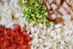Bakgrund för bästa sikt förberedelsematlagning, tomat, broccoli, lök, tomat och skinka Arkivfoton