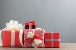 Bakgrund för begrepp för ask för glad jul för gåva för variation röd Royaltyfri Bild