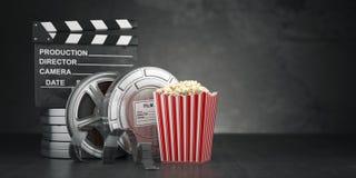 Bakgrund för biofilmbegrepp Filmrulle och band, popcorn Royaltyfria Foton