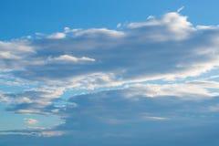 Bakgrund för blå himmel med clounds arkivbild