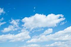Bakgrund för blå himmel med clounds royaltyfria bilder