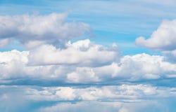 Bakgrund för blå himmel med fluffiga enorma moln Stormig himmel med fluffiga moln Solig bakgrund för blå himmel med moln Fotografering för Bildbyråer