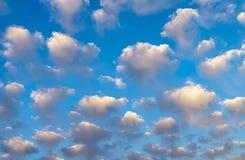 Bakgrund för blå himmel med fluffiga vita moln arkivbild