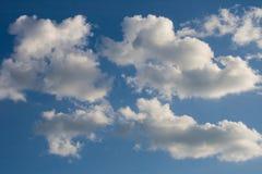 Bakgrund för blå himmel med moln och solen Närbild Fotografering för Bildbyråer