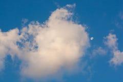 Bakgrund för blå himmel med vita moln Fotografering för Bildbyråer