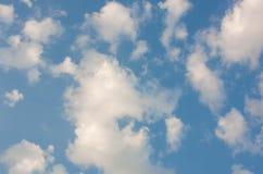 Bakgrund för blå himmel med vita moln Arkivfoton