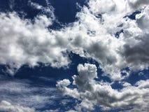 Bakgrund för blå himmel med vita moln och gråa moln royaltyfria foton