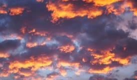 Bakgrund för blå himmel med vita moln SOLNEDGÅNG I DEN GAMLA STADEN Royaltyfri Fotografi