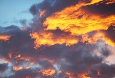 Bakgrund för blå himmel med vita moln SOLNEDGÅNG I DEN GAMLA STADEN Arkivfoton