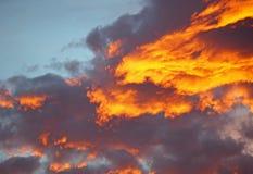 Bakgrund för blå himmel med vita moln SOLNEDGÅNG I DEN GAMLA STADEN Royaltyfria Foton