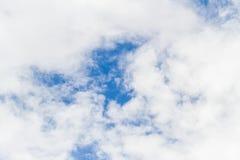 Bakgrund för blå himmel med vitt fluffigt Arkivbilder