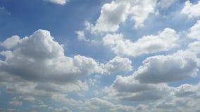 Bakgrund för blå himmel för Tid schackningsperiod med vita moln lager videofilmer
