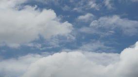 Bakgrund för blå himmel för Tid schackningsperiod med vita moln arkivfilmer