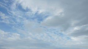 Bakgrund för blå himmel för Tid schackningsperiod med vita moln stock video