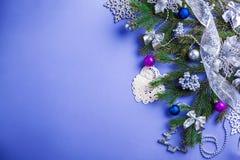 Bakgrund för blå jul och för nytt år med det dekorerad granträdet och leksaker avstånd fotografering för bildbyråer