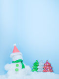 Bakgrund för blått för dag för vit jul för snögubbe Arkivbilder