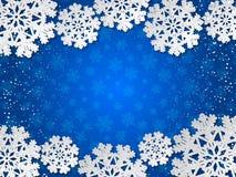 Bakgrund för blått papper för vektorvinter klippt ut med snöflingagarnering Royaltyfri Fotografi