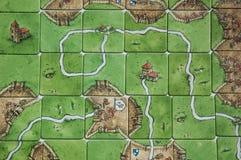 Bakgrund för Carcassonne brädelek Grönt fält för spelare arkivfoton