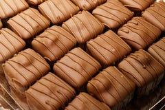Bakgrund för chokladbränd mandelnärbild Arkivfoton