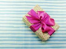 Bakgrund för dag för valentin` s med den härliga romantiska gåvaasken Royaltyfri Foto