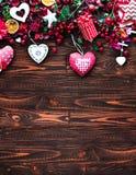 Bakgrund för dag för valentin` s med themed beståndsdelar för förälskelse som bomulls- och pappershjärtor arkivfoton