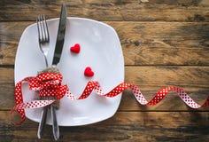 Bakgrund för dag för valentin` s, vit platta, gaffel, kniv Royaltyfria Bilder