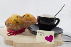 Bakgrund för dag för moder` s, med en liten kopp kaffe och två royaltyfri fotografi