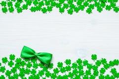 Bakgrund för dag för St Patrick ` s, dubbel sidogräns med quatrefoils arkivfoton