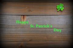 Bakgrund för dag för St Patrick ` s med grön växt av släktet Trifolium och kopian Royaltyfria Foton